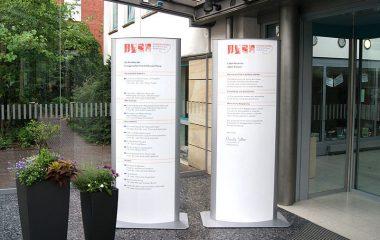 Leitsysteme-Empfangstafel-Pylon-Max-Hering-Oldenburg